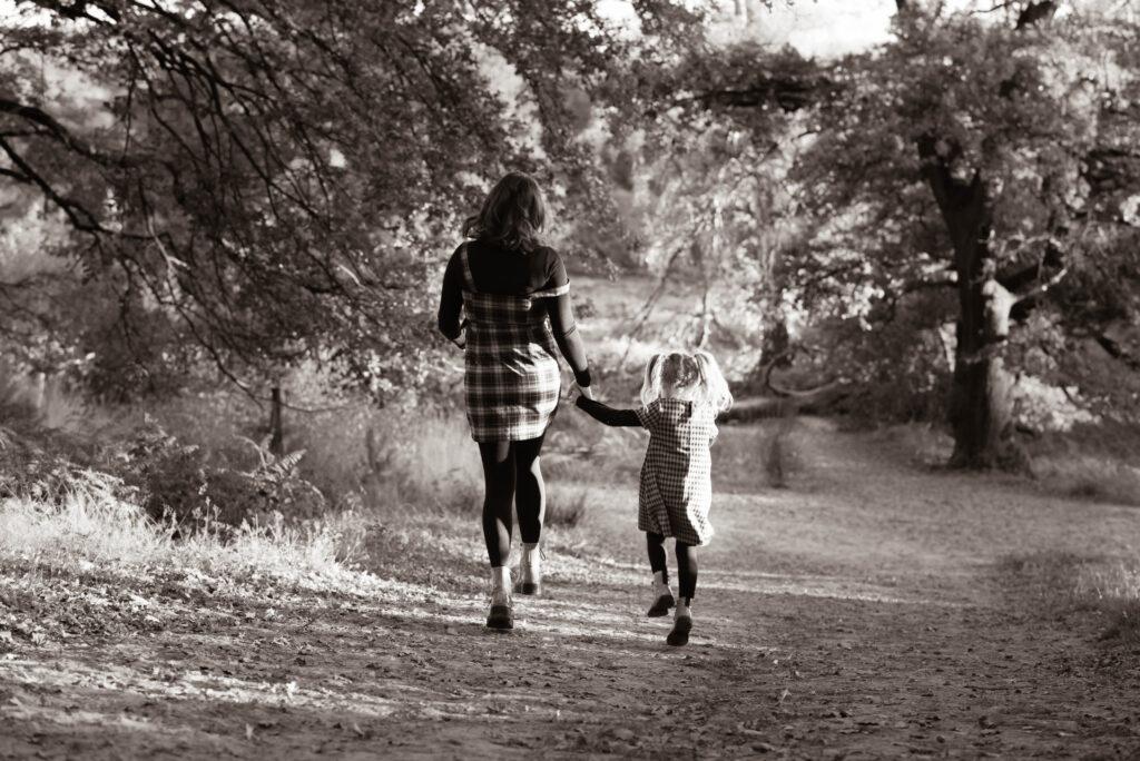 Familienfotografie in der Wahner Heide, Natürliche und authentische Familienfotografie Mutter und Tochter, NRW, Köln, Bonn, Hennef